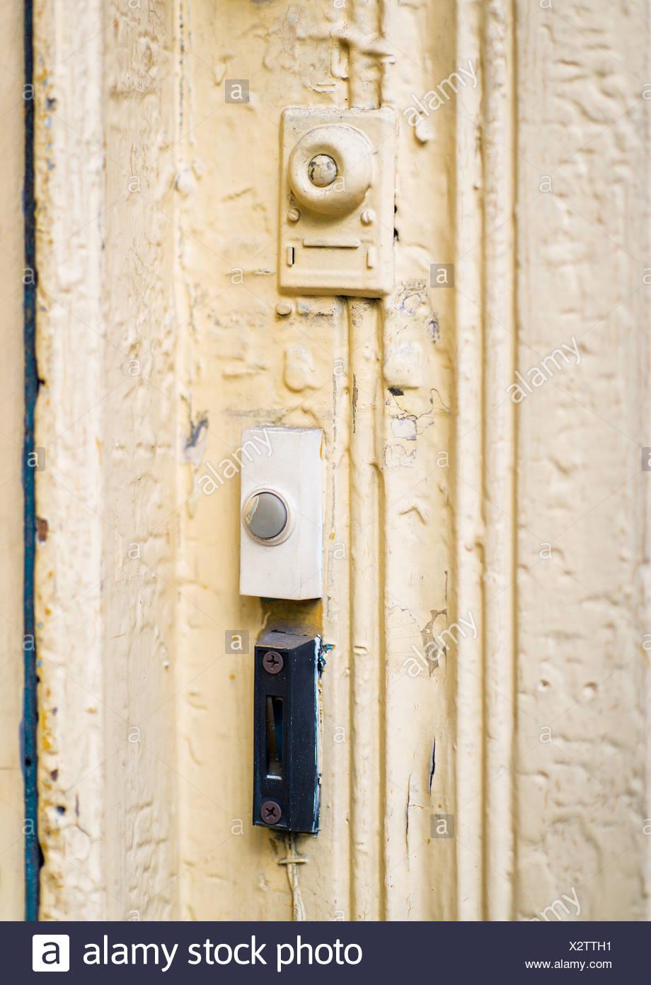 Los zumbadores de timbre en una puerta del apartamento. Imagen De Stock
