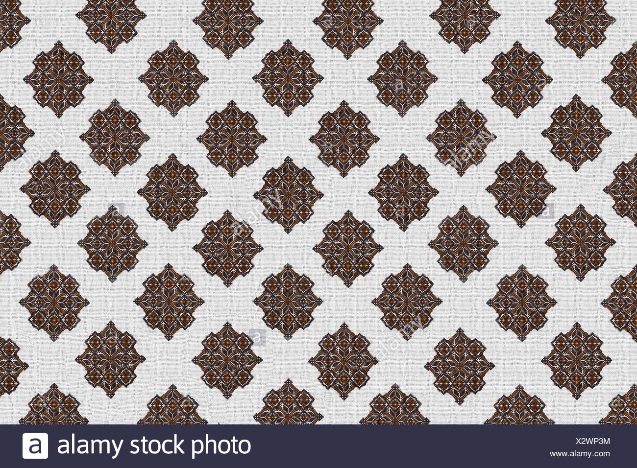 Fondo blanco con bordados de color naranja-marrón patrón Ucraniano ...