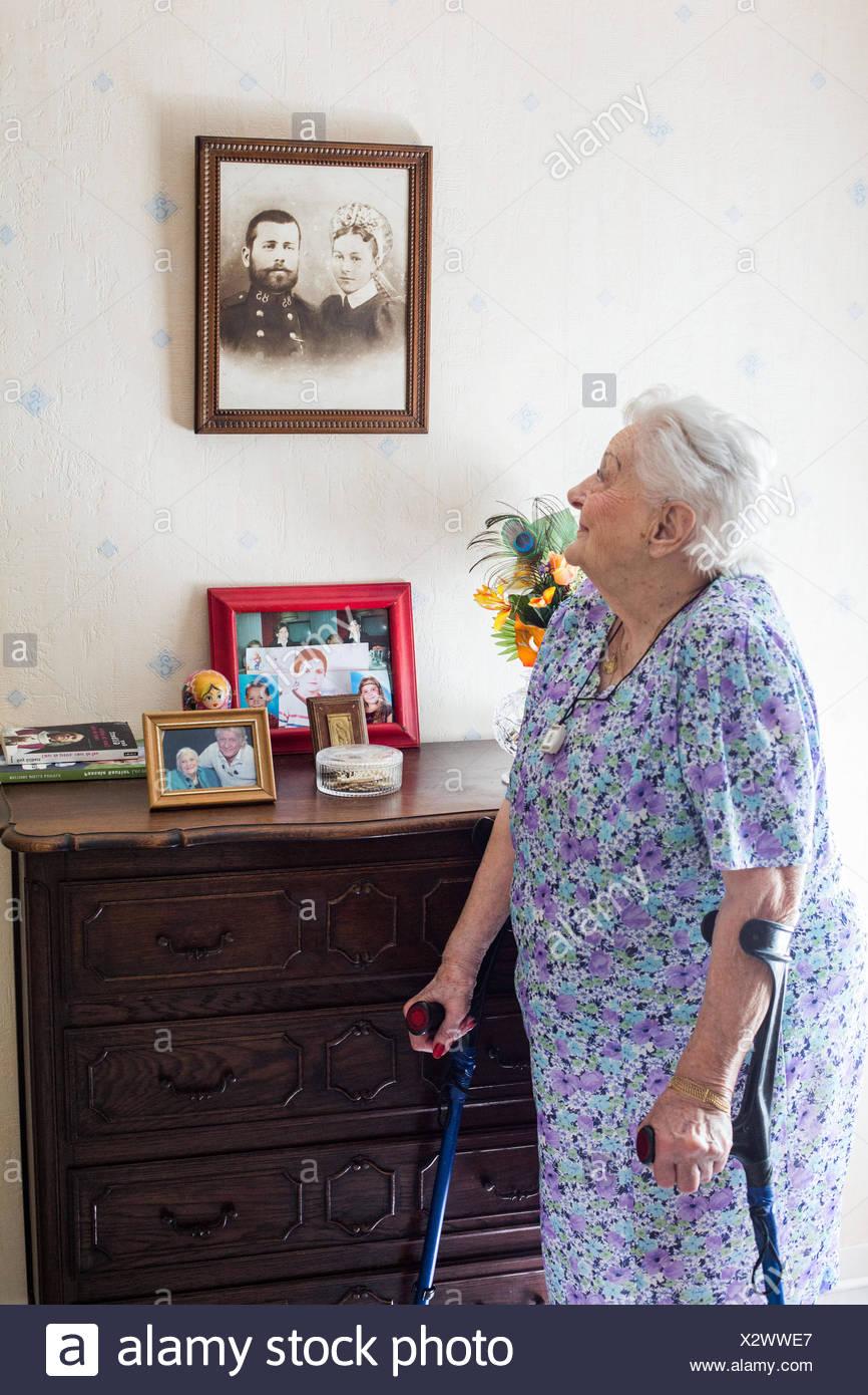 Mujer de 97 años de edad en el hogar. Foto de stock
