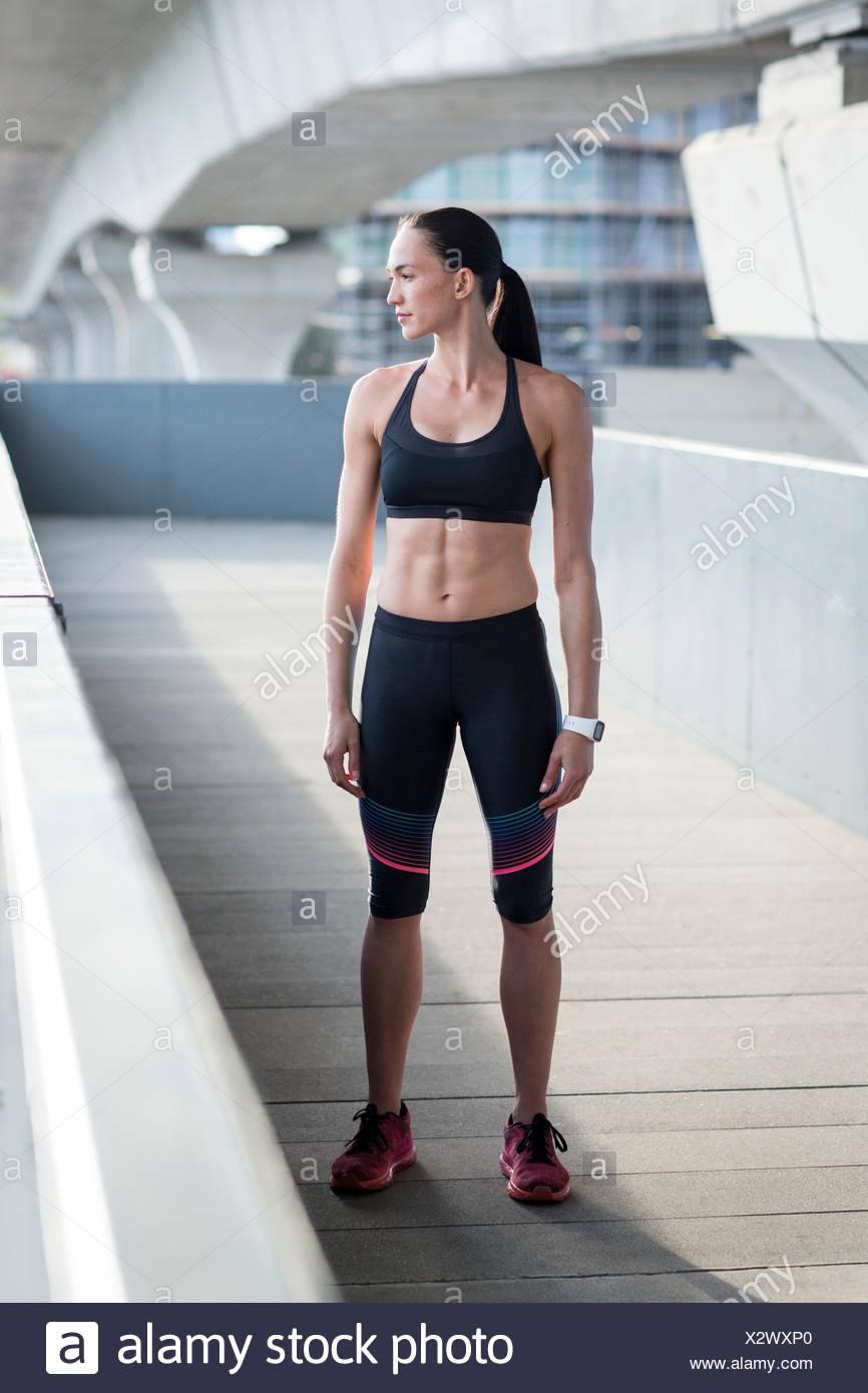 Modelo liberado. Retrato de mujer joven en ropa deportiva. Imagen De Stock