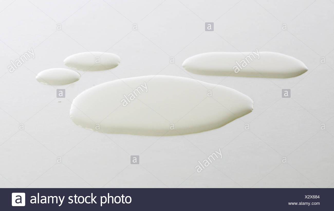 Gotas de agua sobre la superficie blanca Imagen De Stock