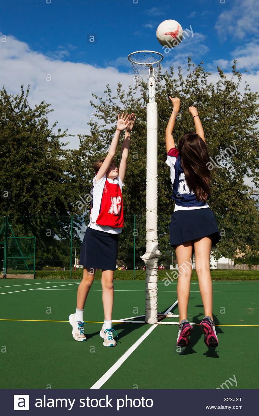 Dos alumnas jugando baloncesto Imagen De Stock