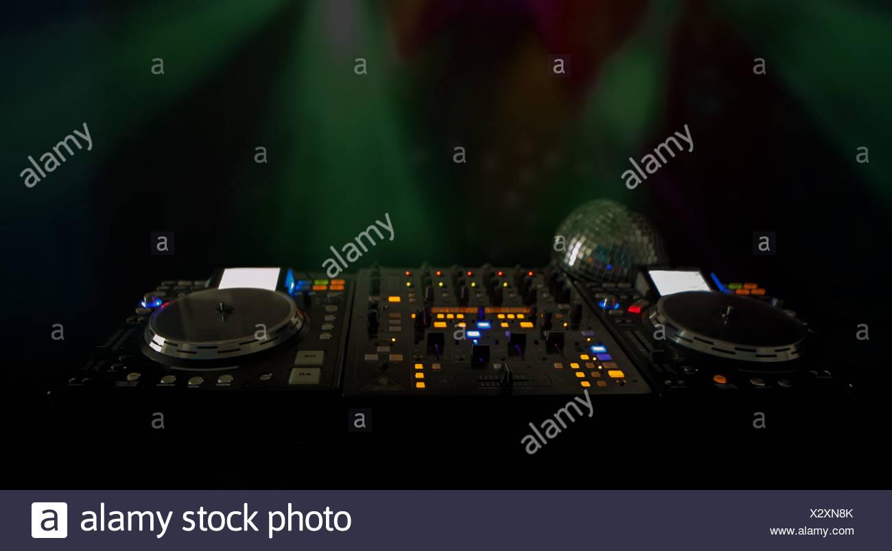 Luces DJ deck de música por la noche Foto de stock