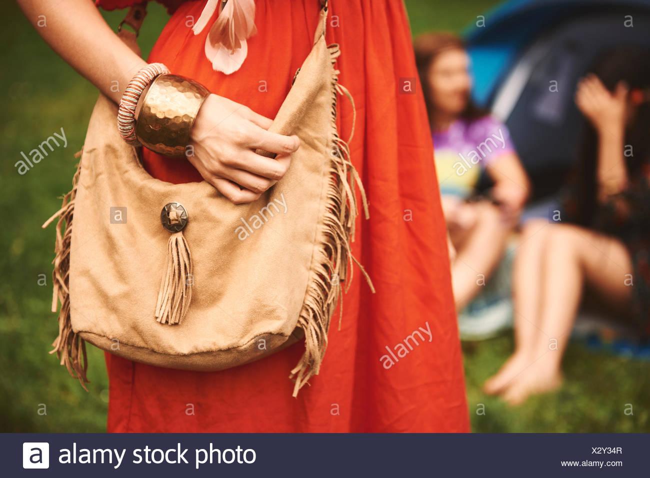 bb1982fd8fe23 Sección intermedia de boho tasseled mujer con bolsa de hombro en el festival  Imagen De Stock
