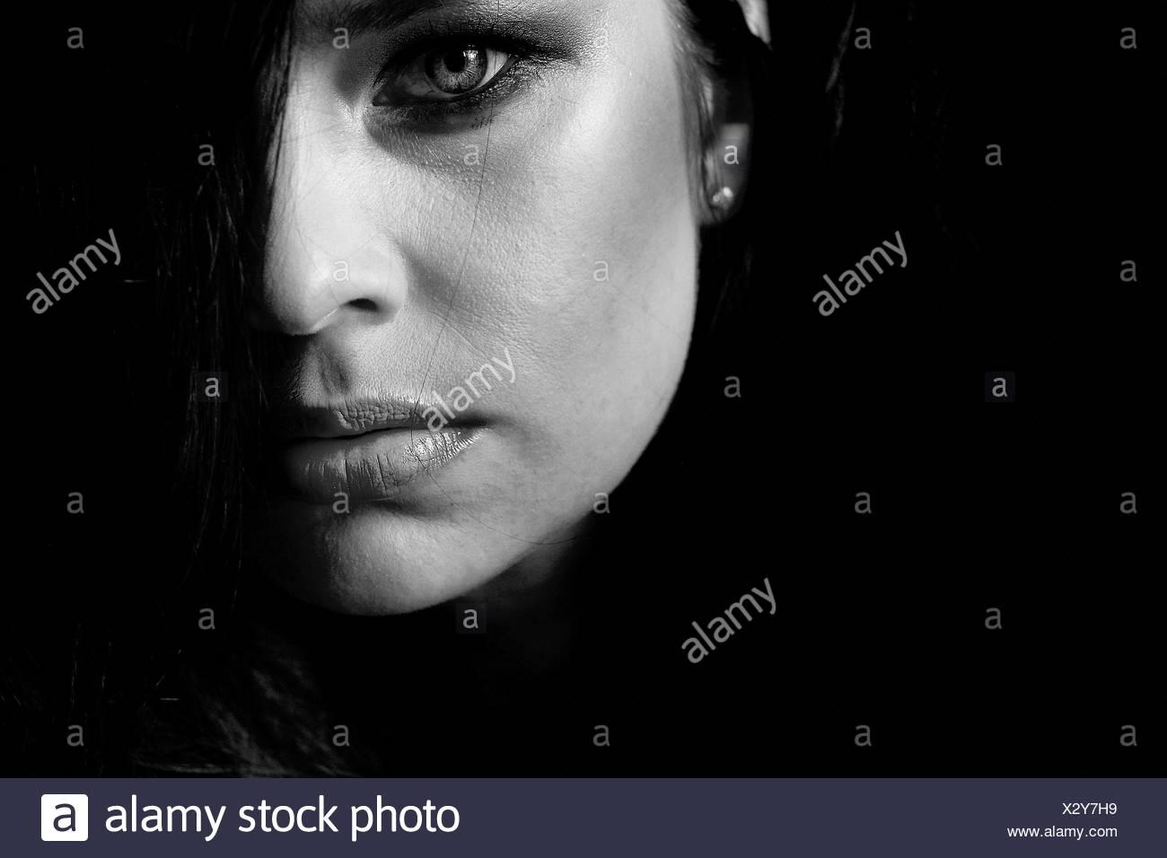 Retrato de mujer hermosa contra el fondo negro Imagen De Stock