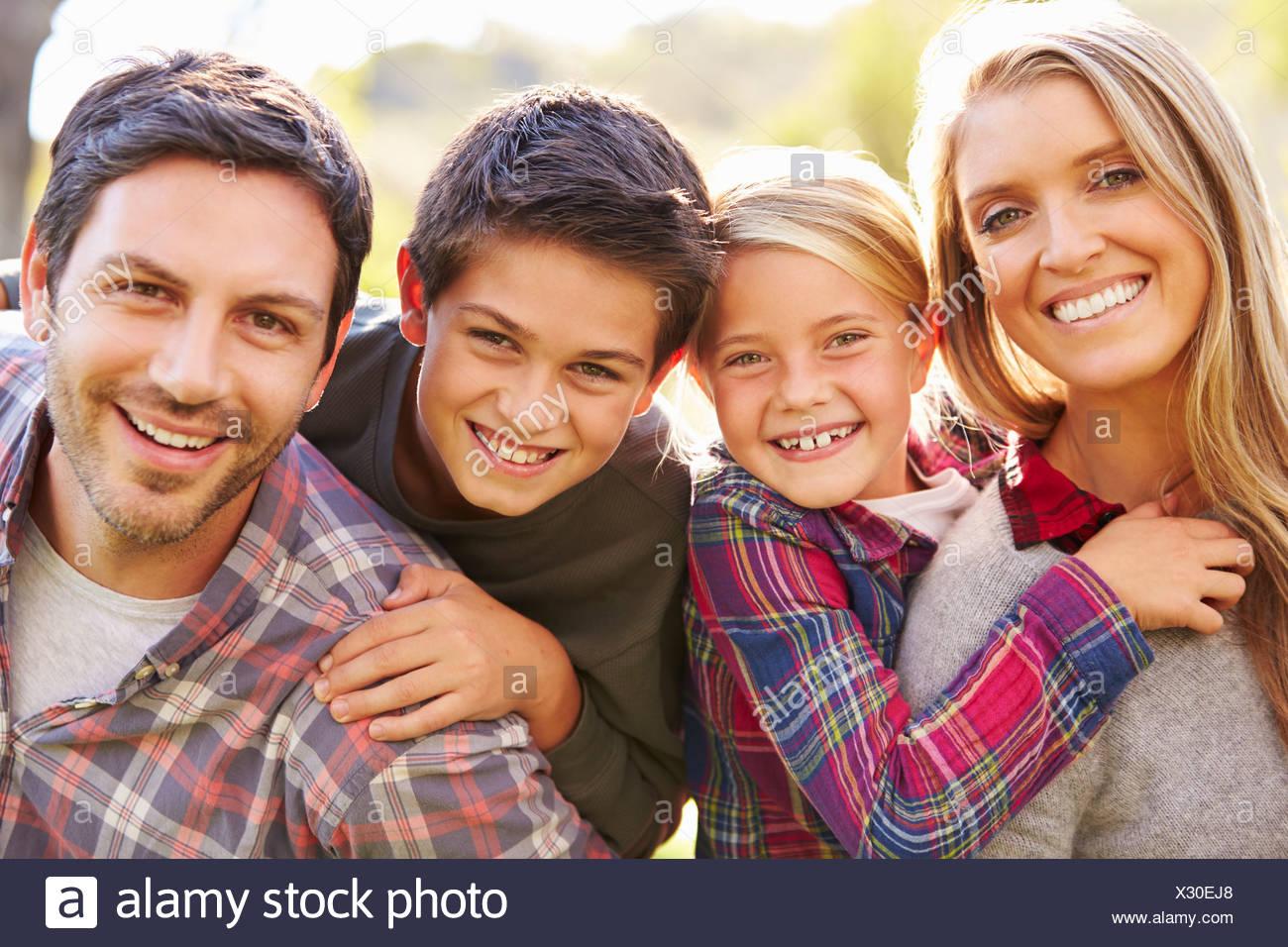Retrato de familia en campo Imagen De Stock