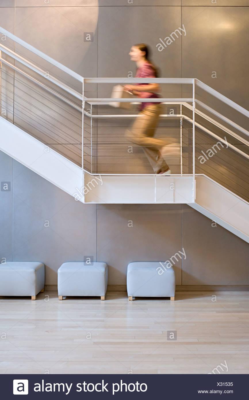 Mujer corriendo escaleras Imagen De Stock