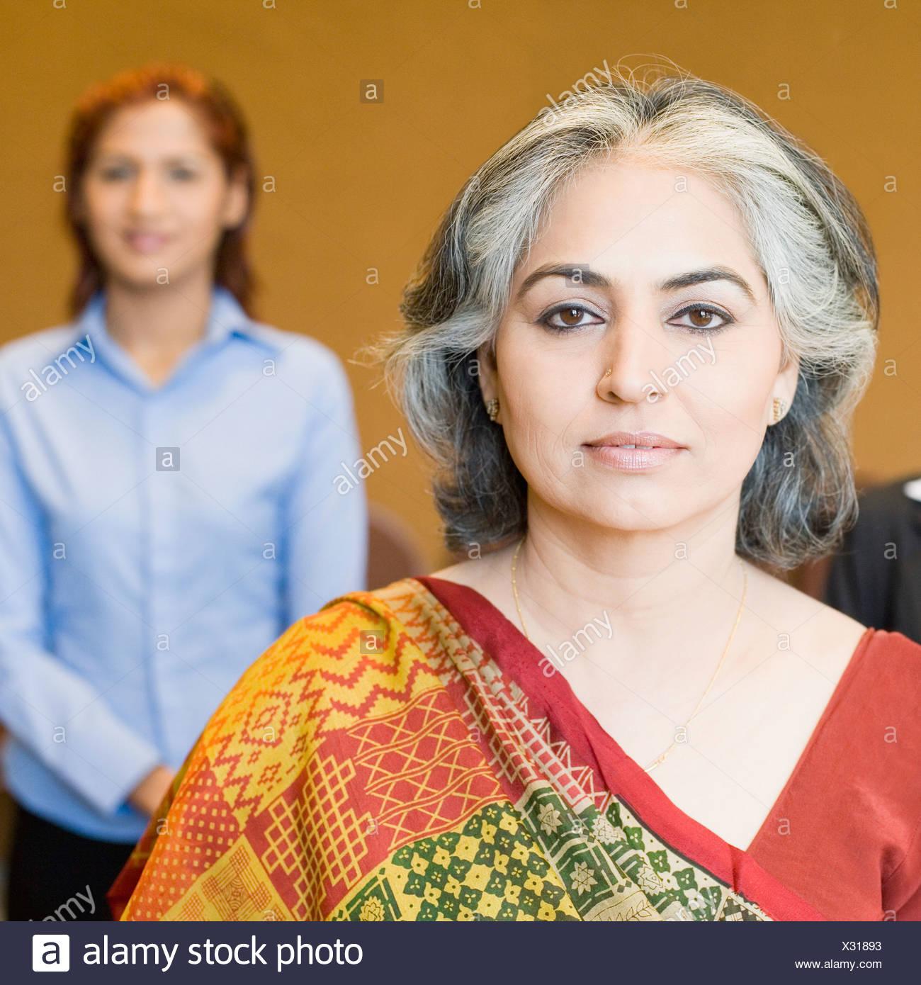 Retrato de una mujer de negocios con su colega en el fondo Imagen De Stock