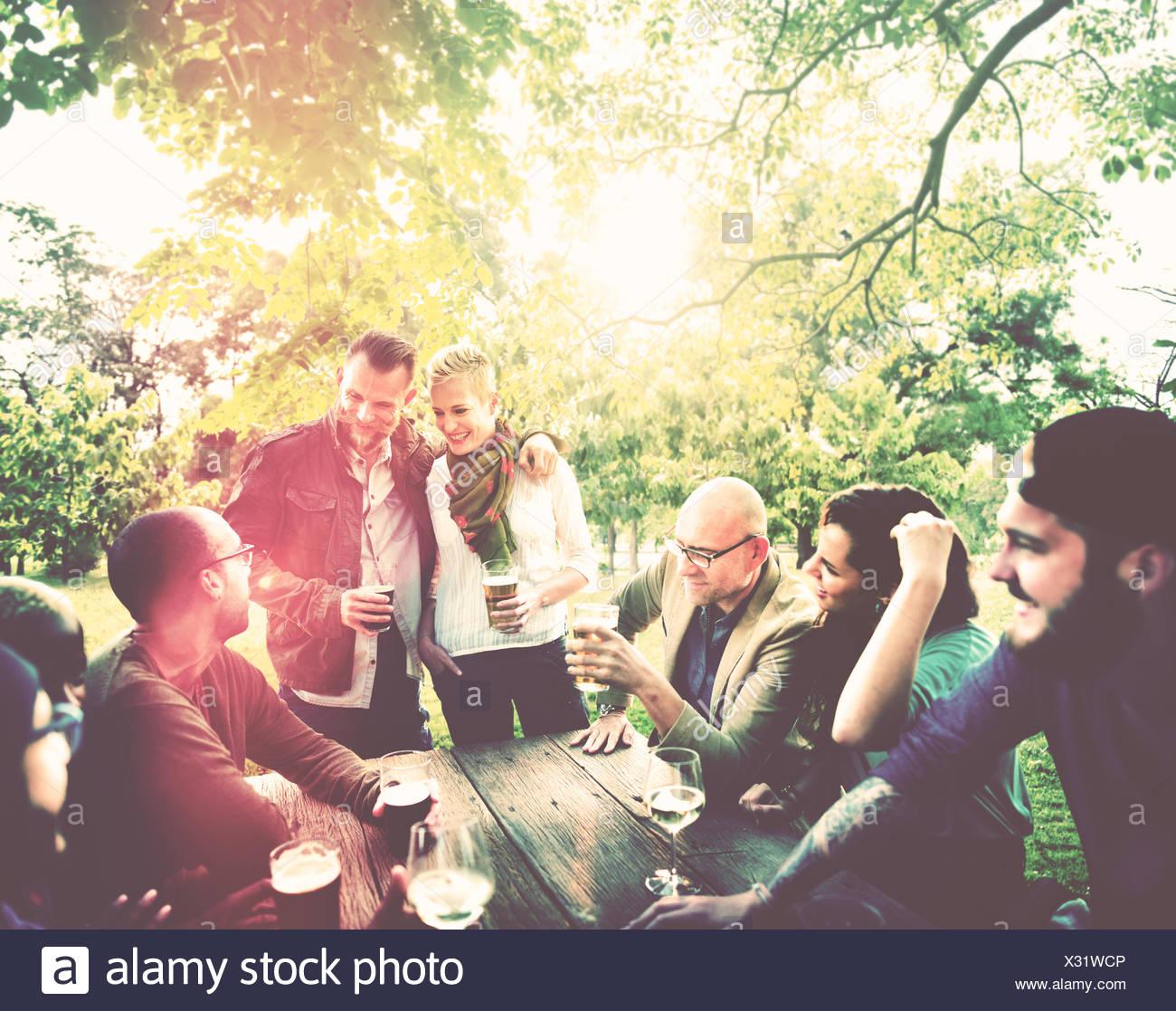 Amigo celebrar fiesta alegre estilo picnic concepto potable Imagen De Stock