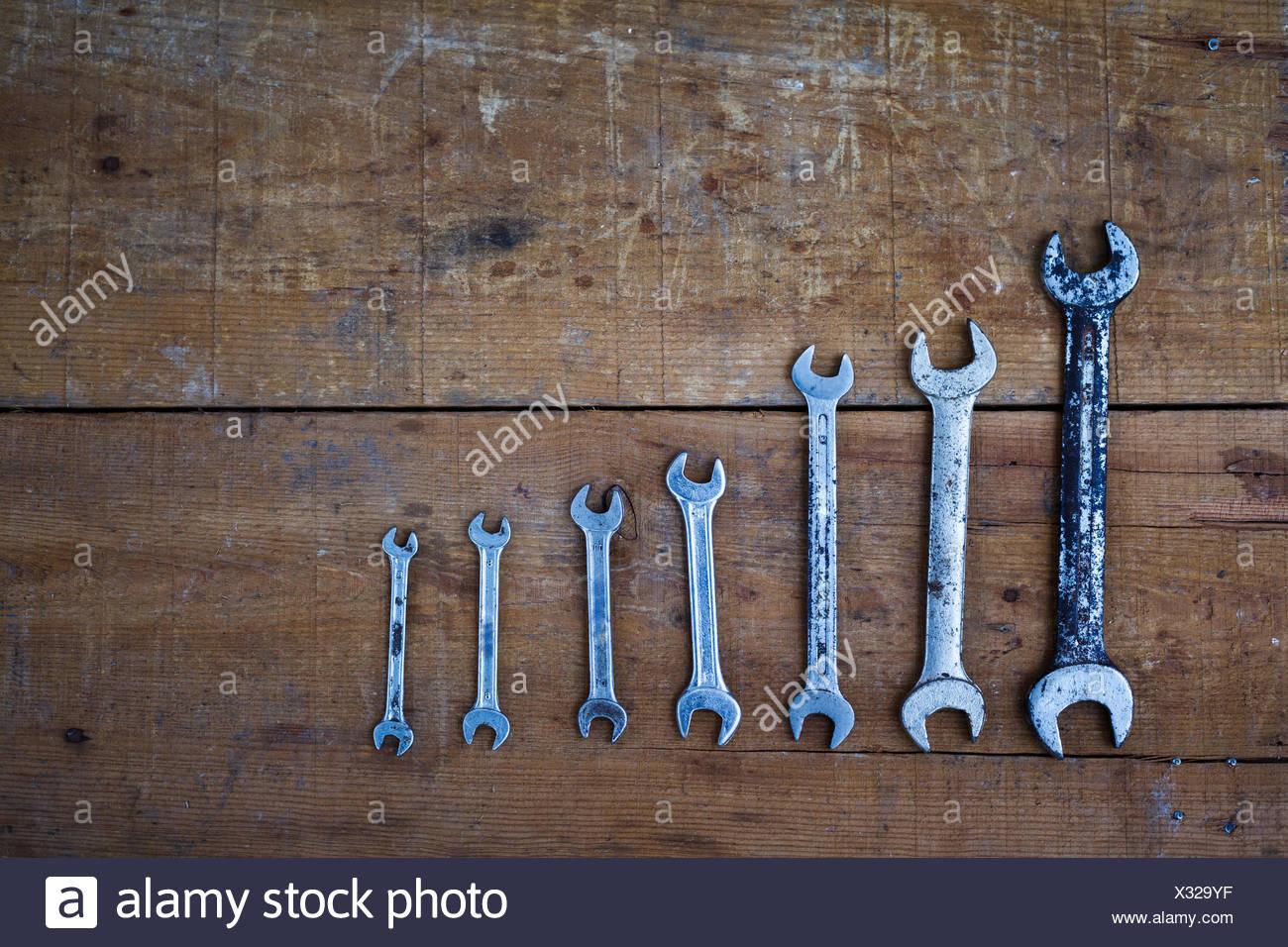 Directamente encima de disparo de varias llaves en mesa de madera Imagen De Stock