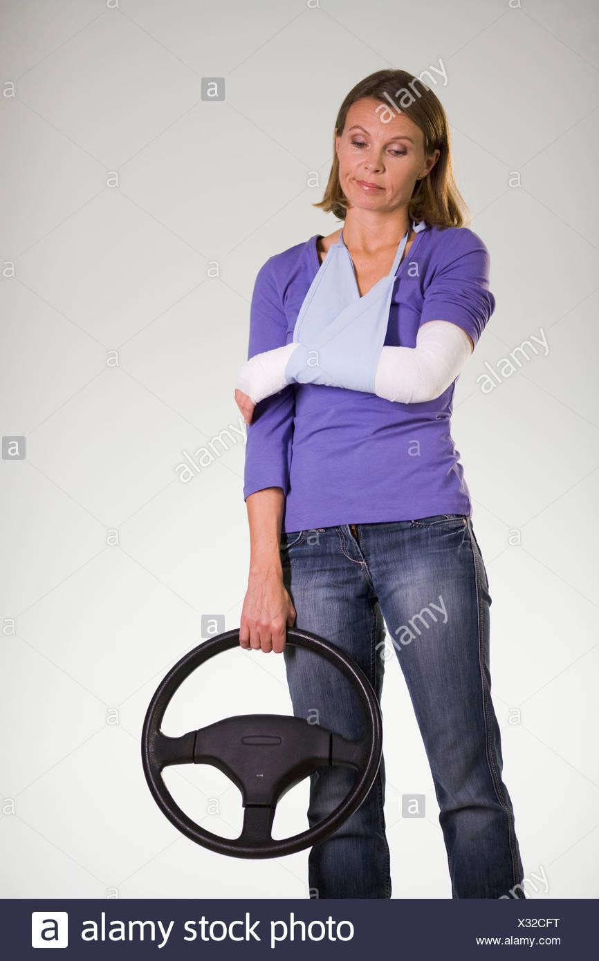 Una mujer herida en un accidente de coche. Foto de stock