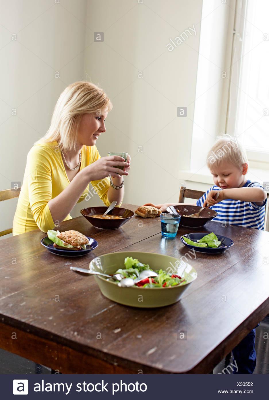 Finlandia, Helsinki, Kallio, madre e hijo almorzando Imagen De Stock