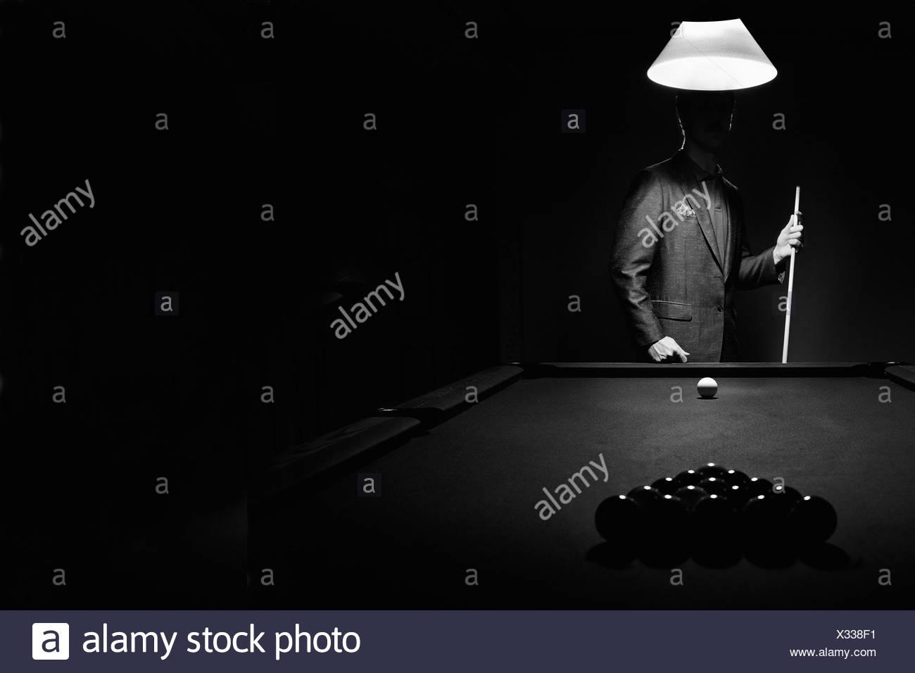 Misterio Pool jugador detrás de Rack de bolas de billar Imagen De Stock