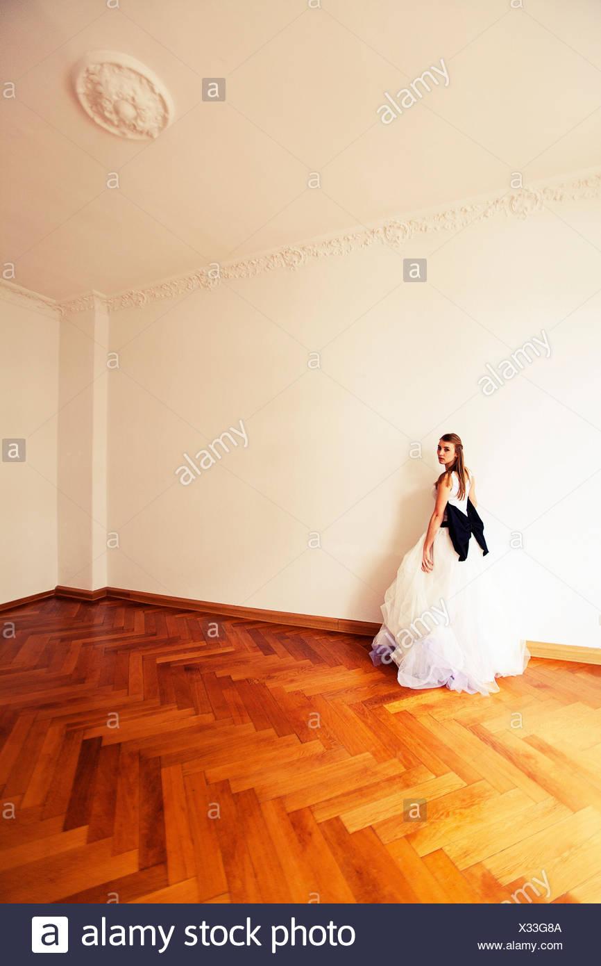 Novia de pie en un viejo apartamento, mirando a la cámara Foto de stock