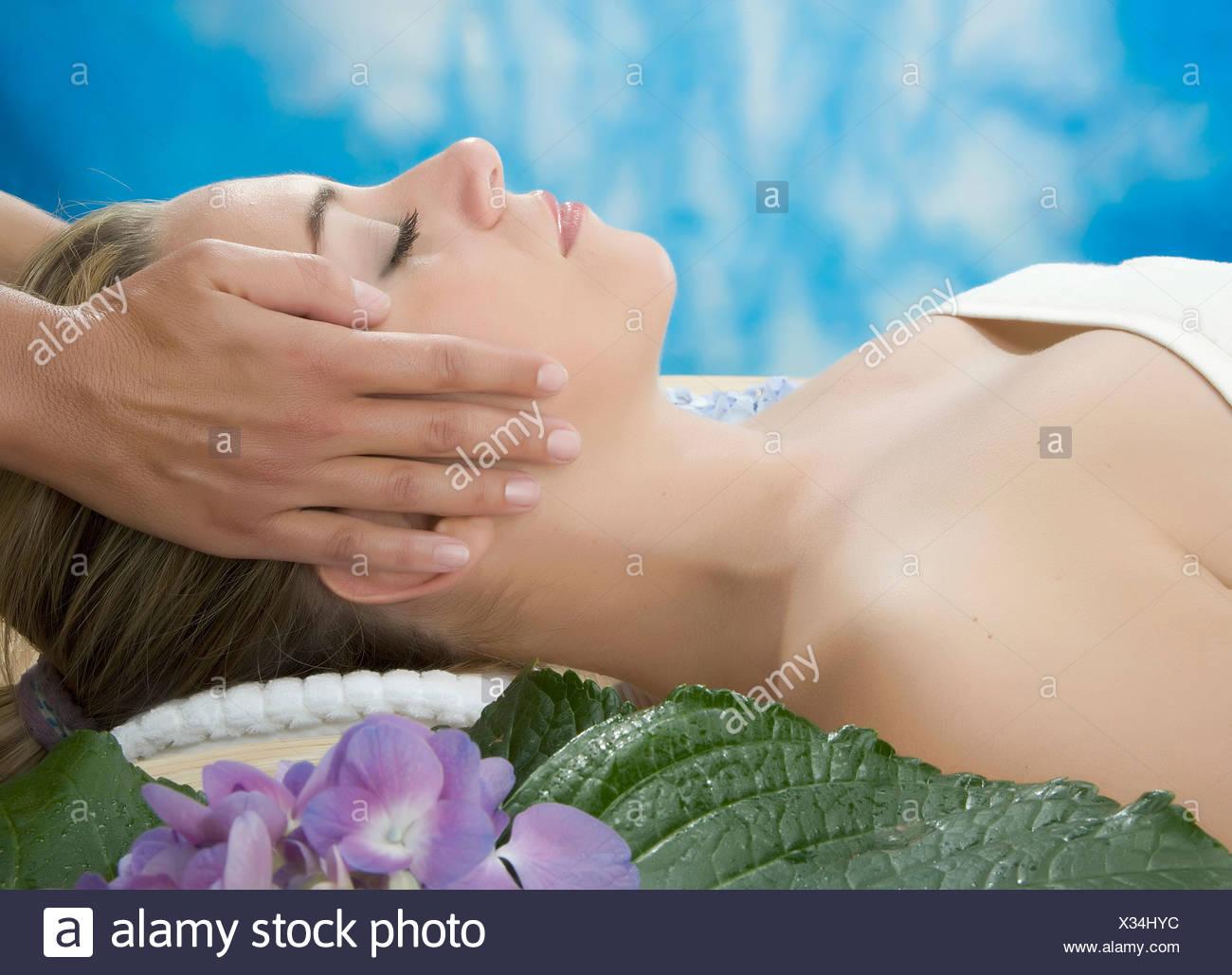 Vista lateral de una mujer con masaje de cabeza Imagen De Stock