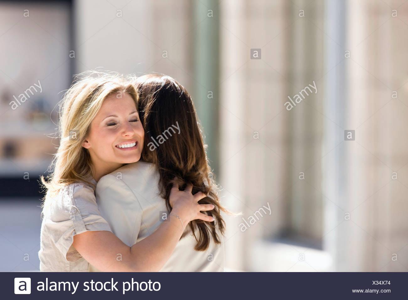 Dos mujeres abrazarse, Stuttgart, Baden-Wurtemberg, Alemania Foto de stock