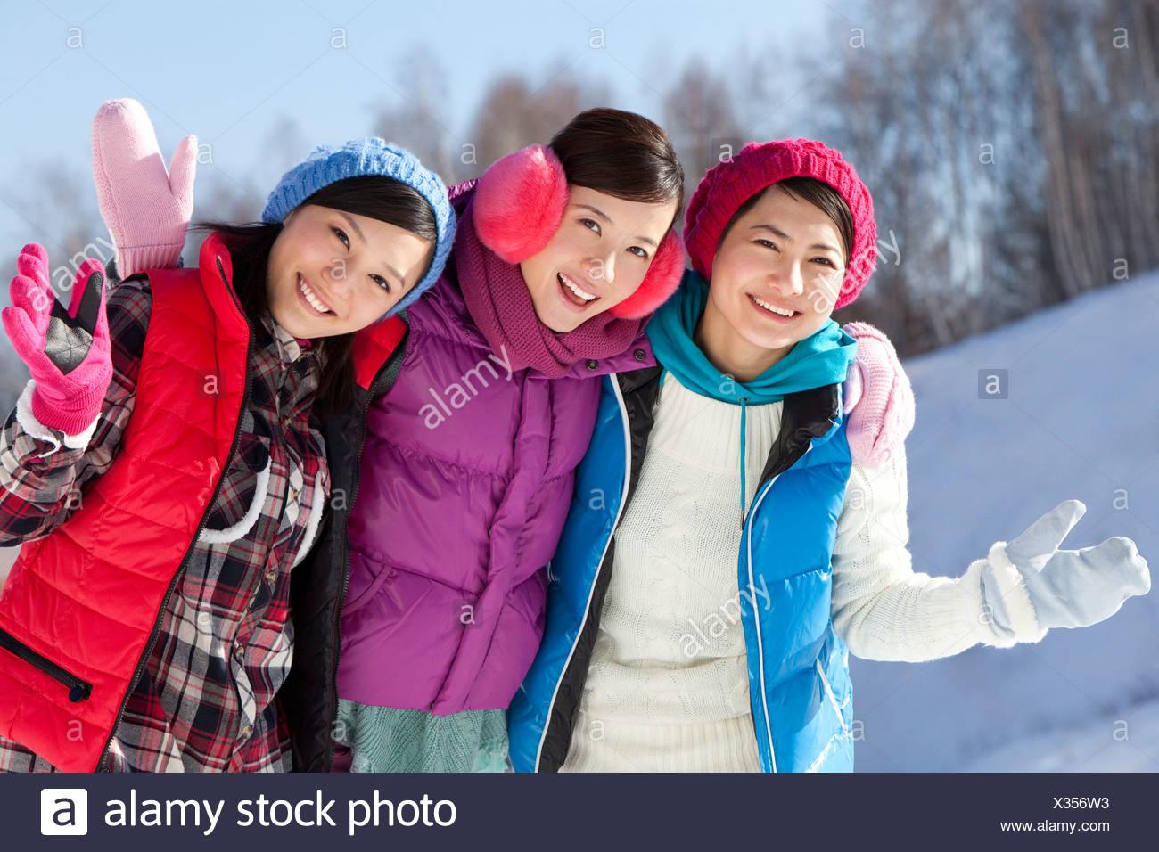 Las mujeres jóvenes felices en estación de esquí Imagen De Stock