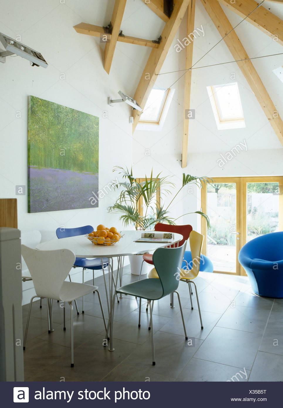 Estilo de Arne Jacobsen sillas y mesa blanca circular en el moderno comedor  de techos altos acc473ddd1c9