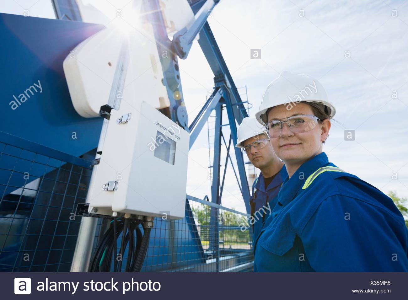 Los trabajadores en el pozo de petróleo Imagen De Stock
