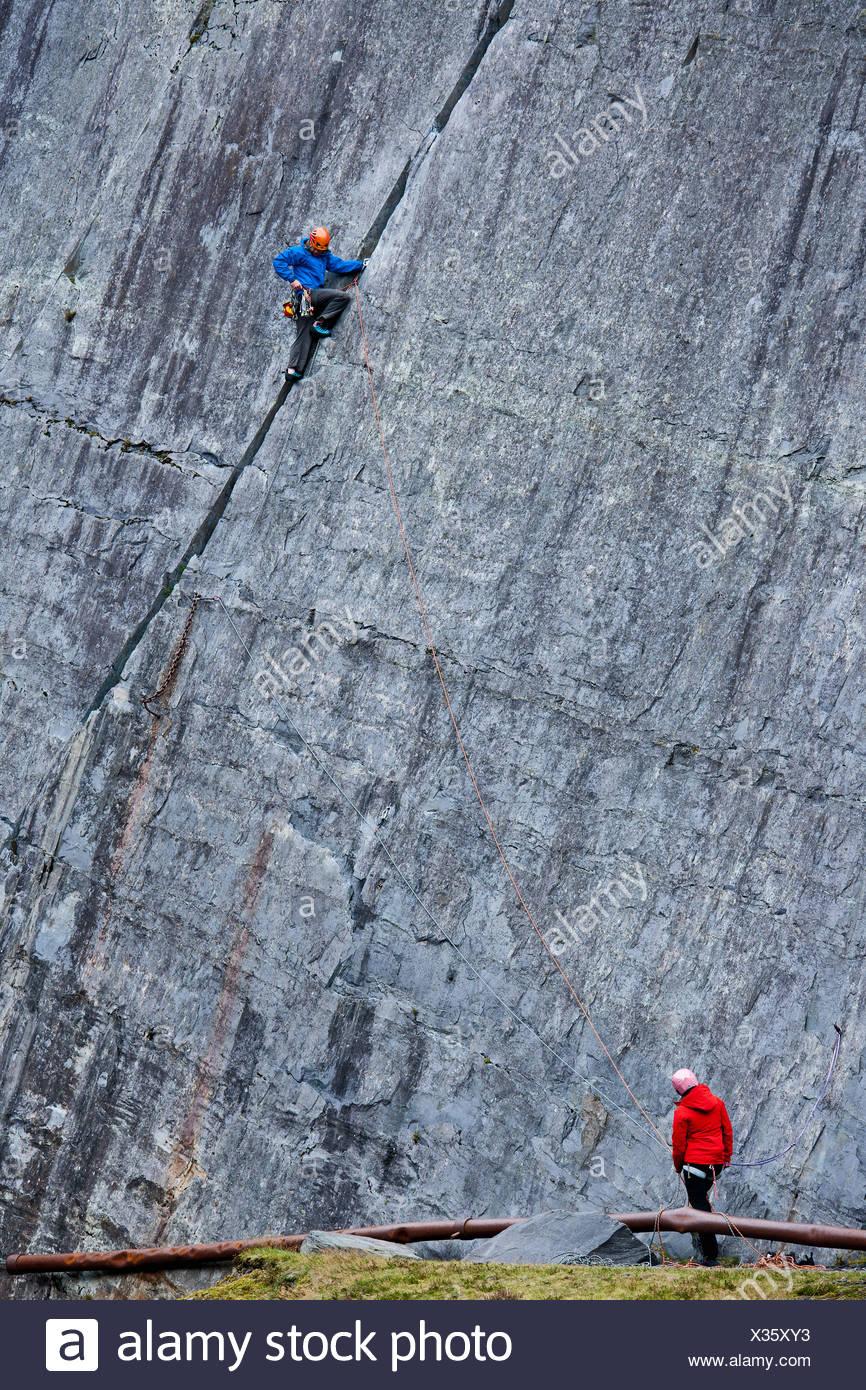 Climber escalar roca empinada Imagen De Stock