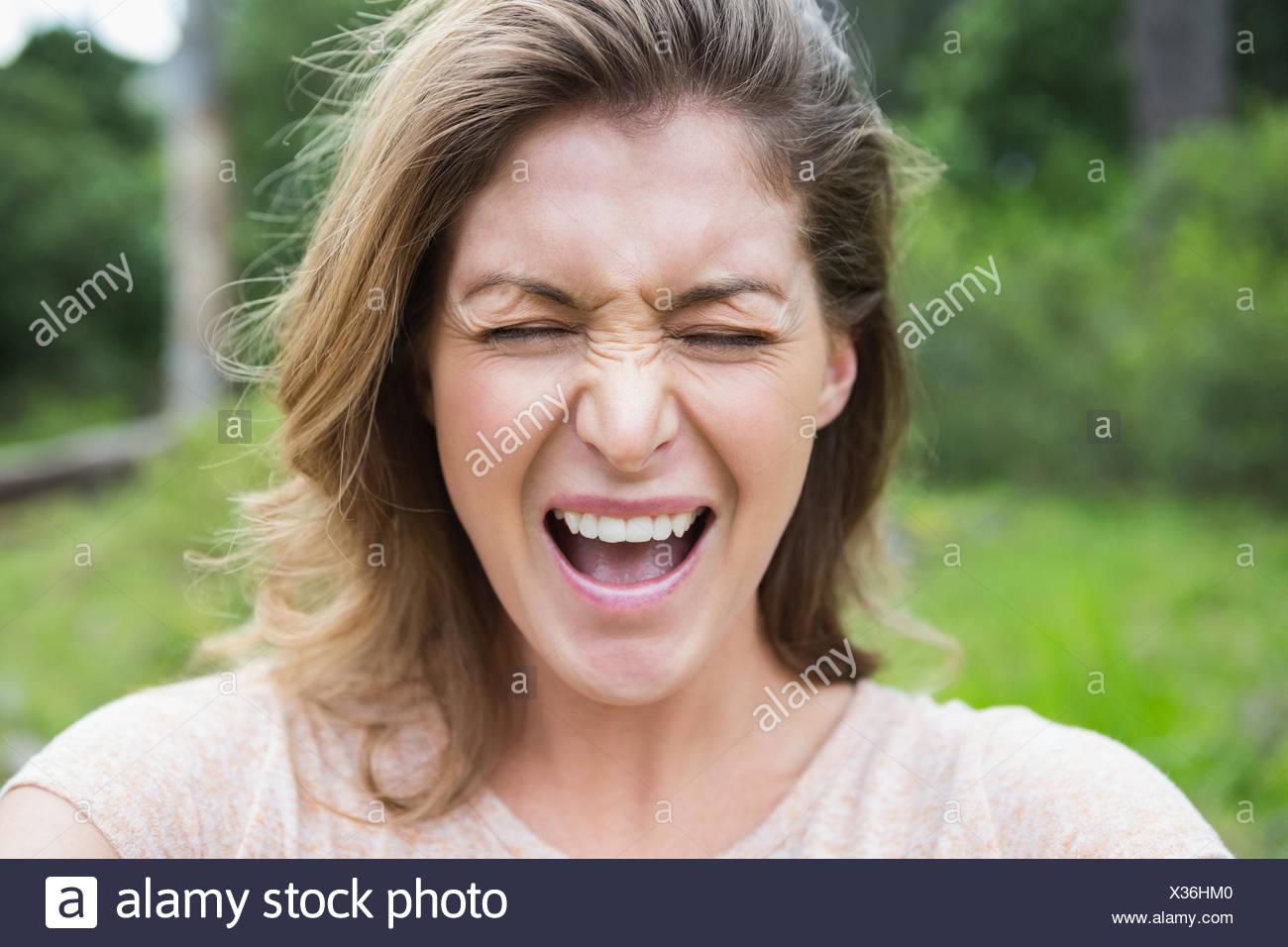Mujer haciendo una mueca Imagen De Stock