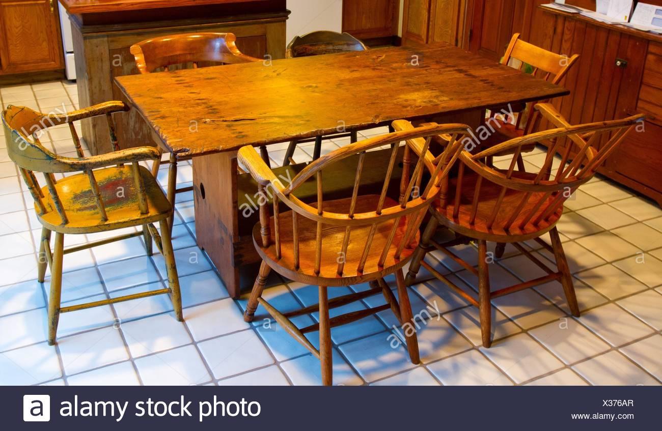 Una muy antigua juego de comedor con mesa y sillas para la ...