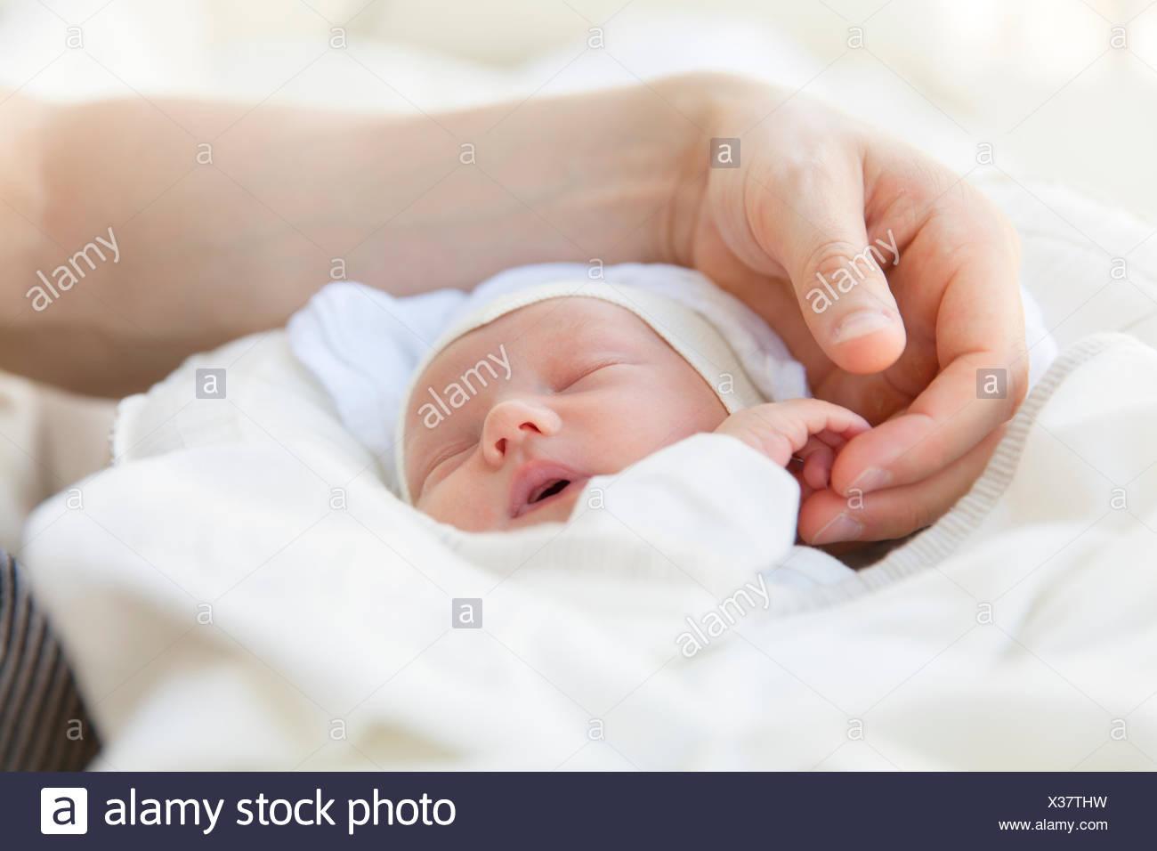 Suecia, cerca de padre sosteniendo la mano de bebé Imagen De Stock