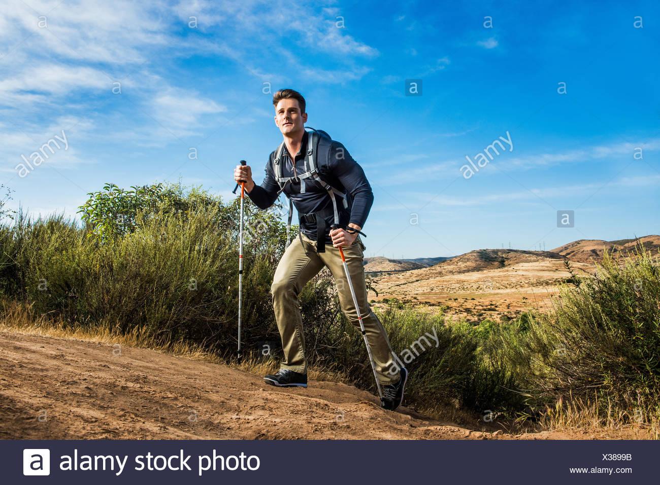 Excursionista macho en entorno rural Imagen De Stock