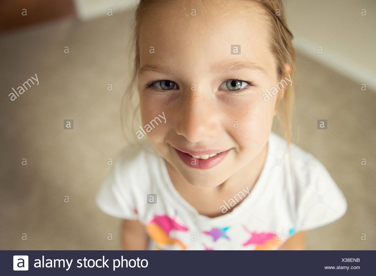 Retrato de niña sonriente (6-7) mirando a la cámara Imagen De Stock