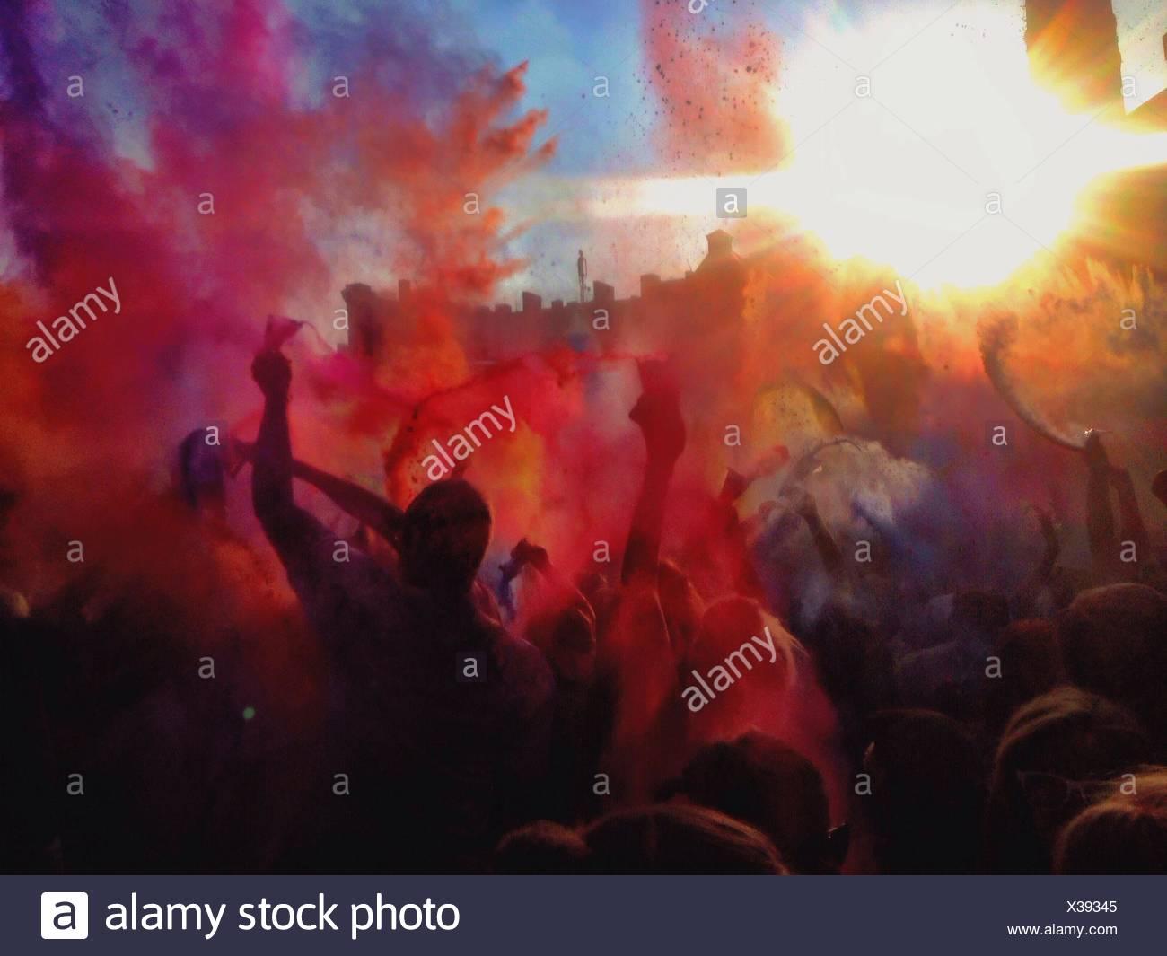 Gente disfrutando de Holi Festival Imagen De Stock