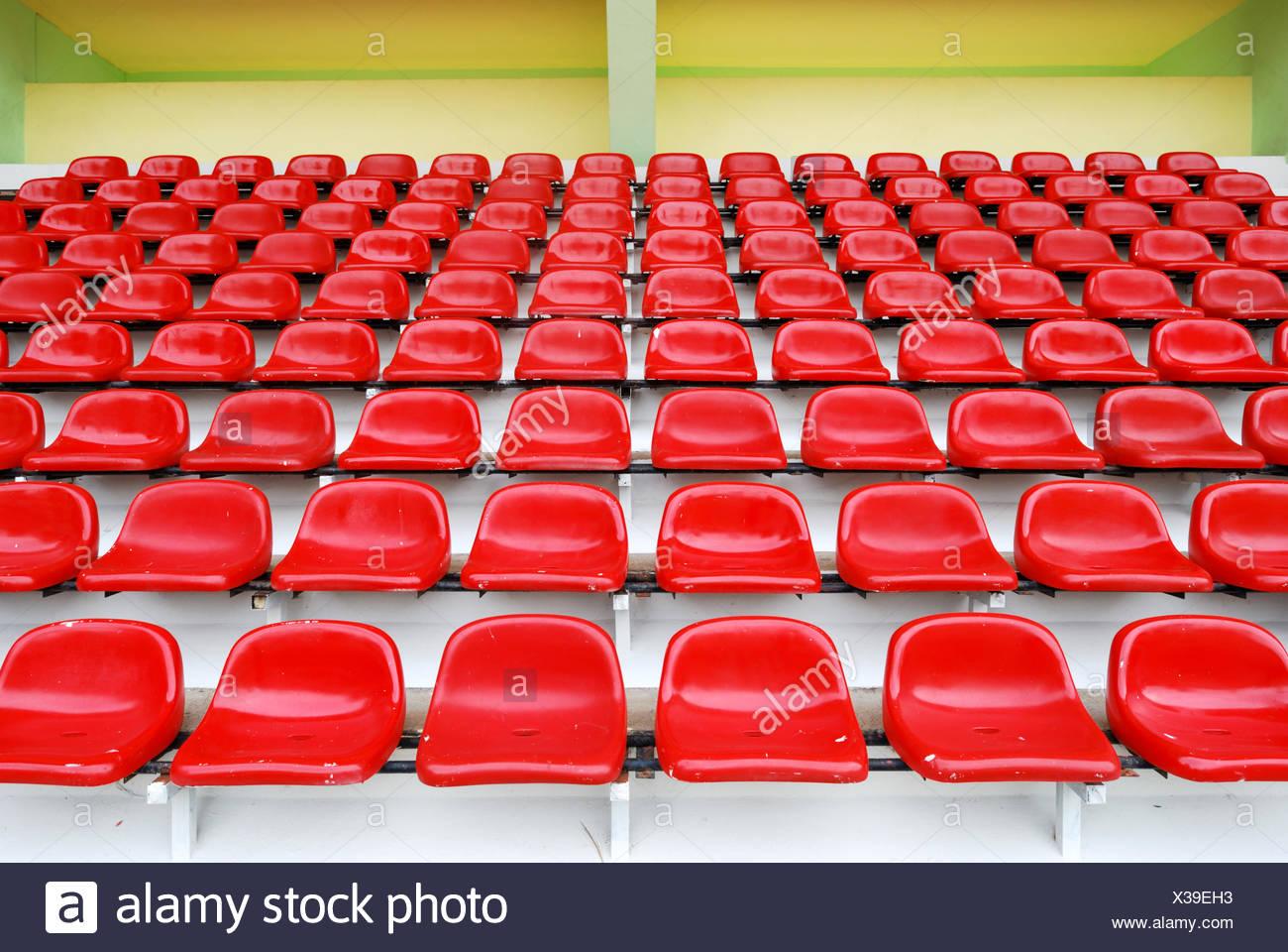 Gradas en el estadio deportivo rojo Foto de stock