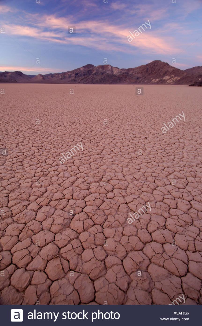 Ee.Uu. California Racetrack al atardecer el Parque Nacional Valle de la muerte vela deslizante de piedra en seco paisaje del lago naturaleza panorámica Foto de stock