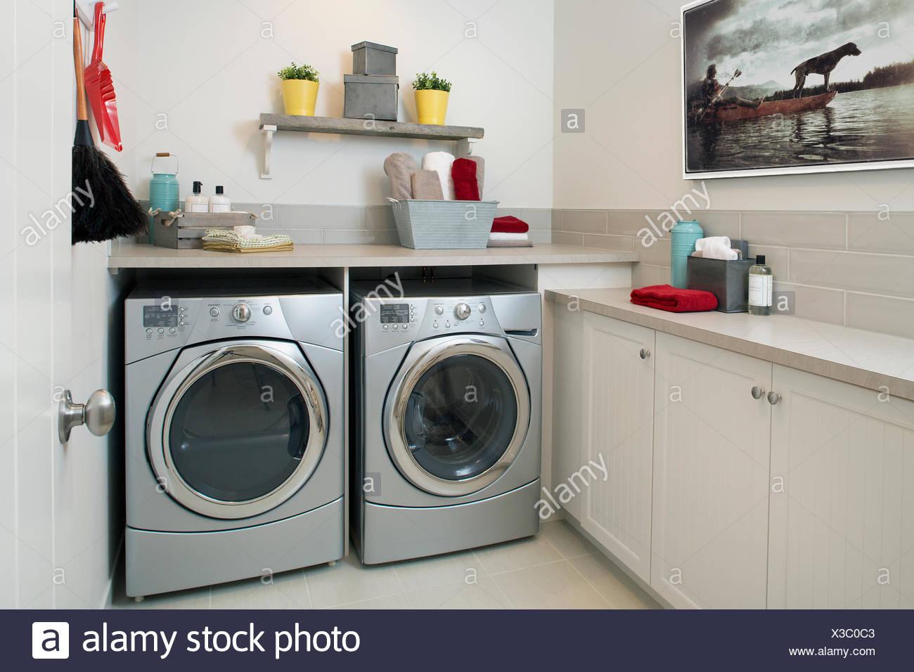 Energía Eficiente lavadora y secadora cuarto de lavandería Foto ...