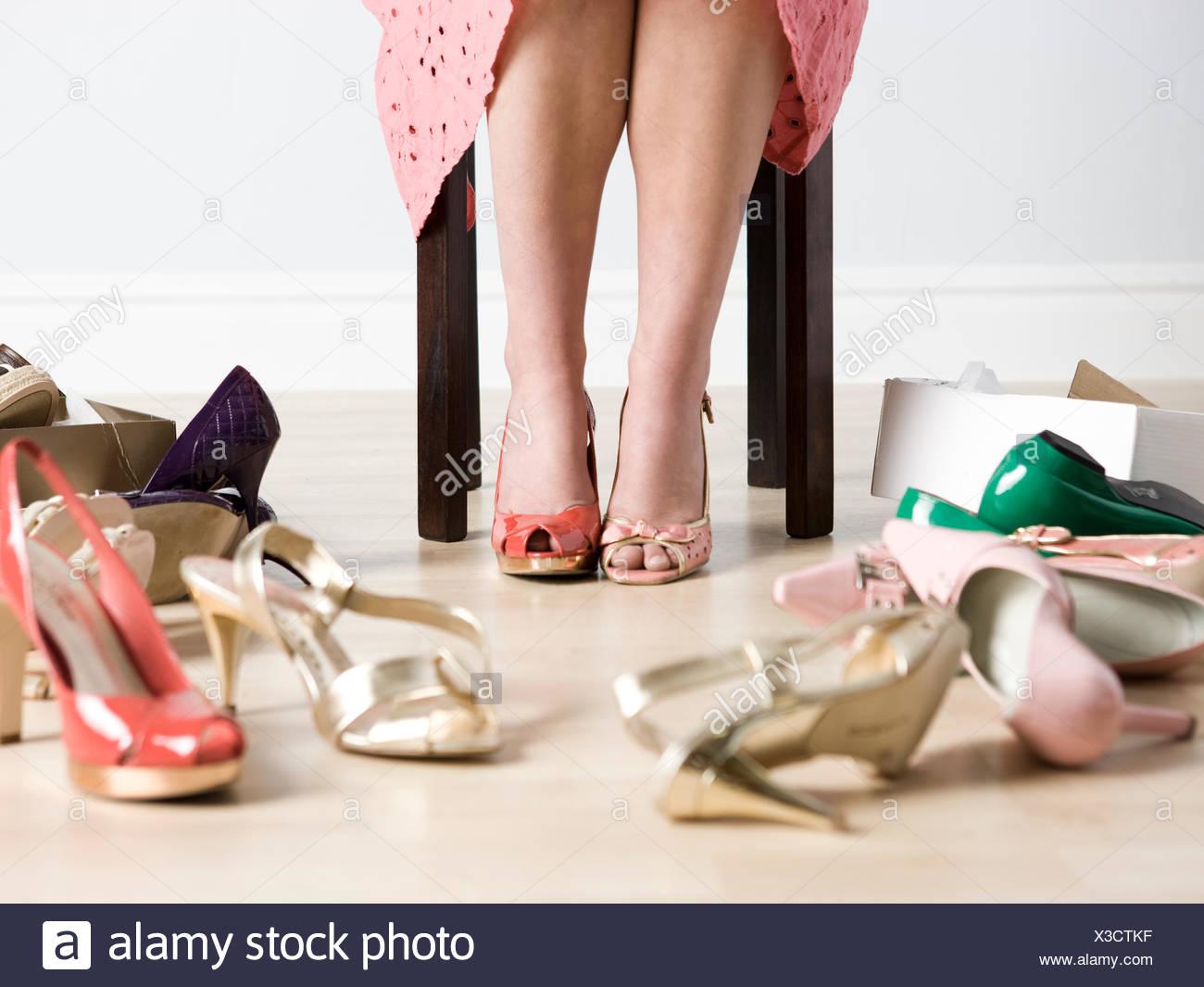 Mujer probándose zapatos Foto & Imagen De Stock: 277492643