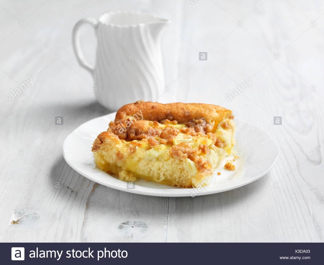 Tarta de manzana y flan, pastel de madera pintadas de blanco Imagen De Stock