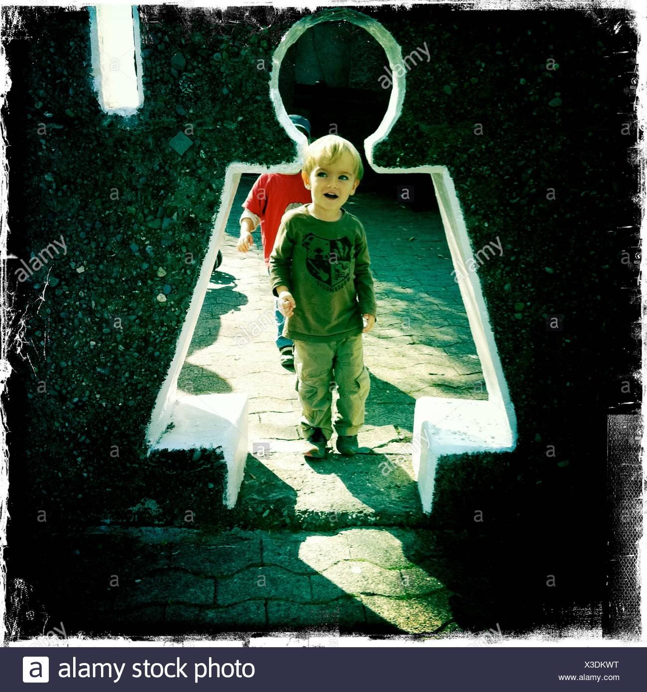 La longitud total del muchacho muro creativo entrada Imagen De Stock