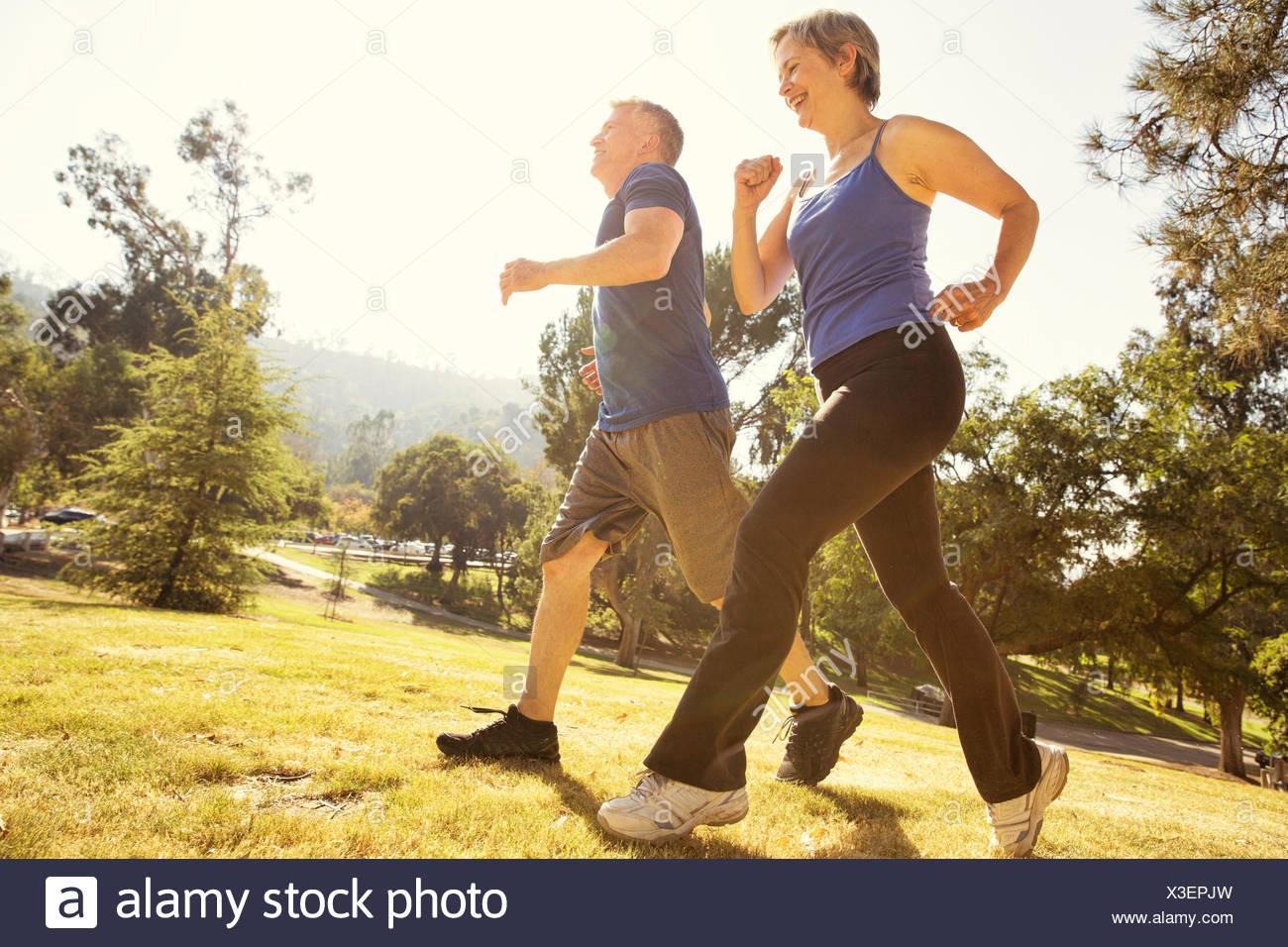 Pareja mayor poder caminar en el parque Imagen De Stock