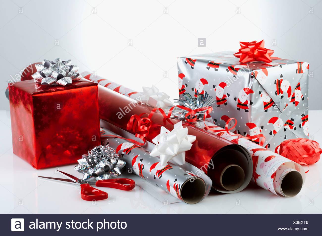 Regalos de Navidad con envoltorio de papel y tijeras, close-up Imagen De Stock