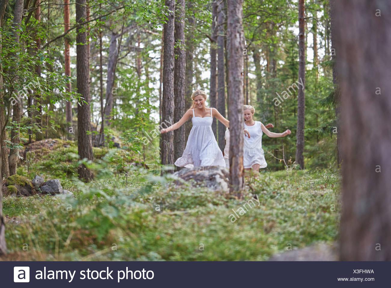 Las adolescentes corriendo en el bosque Imagen De Stock