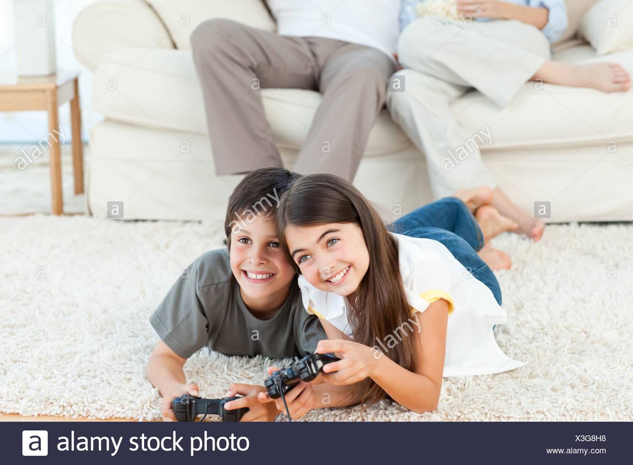 Ninos Jugando Videojuegos Mientras Sus Padres Estan Hablando Foto
