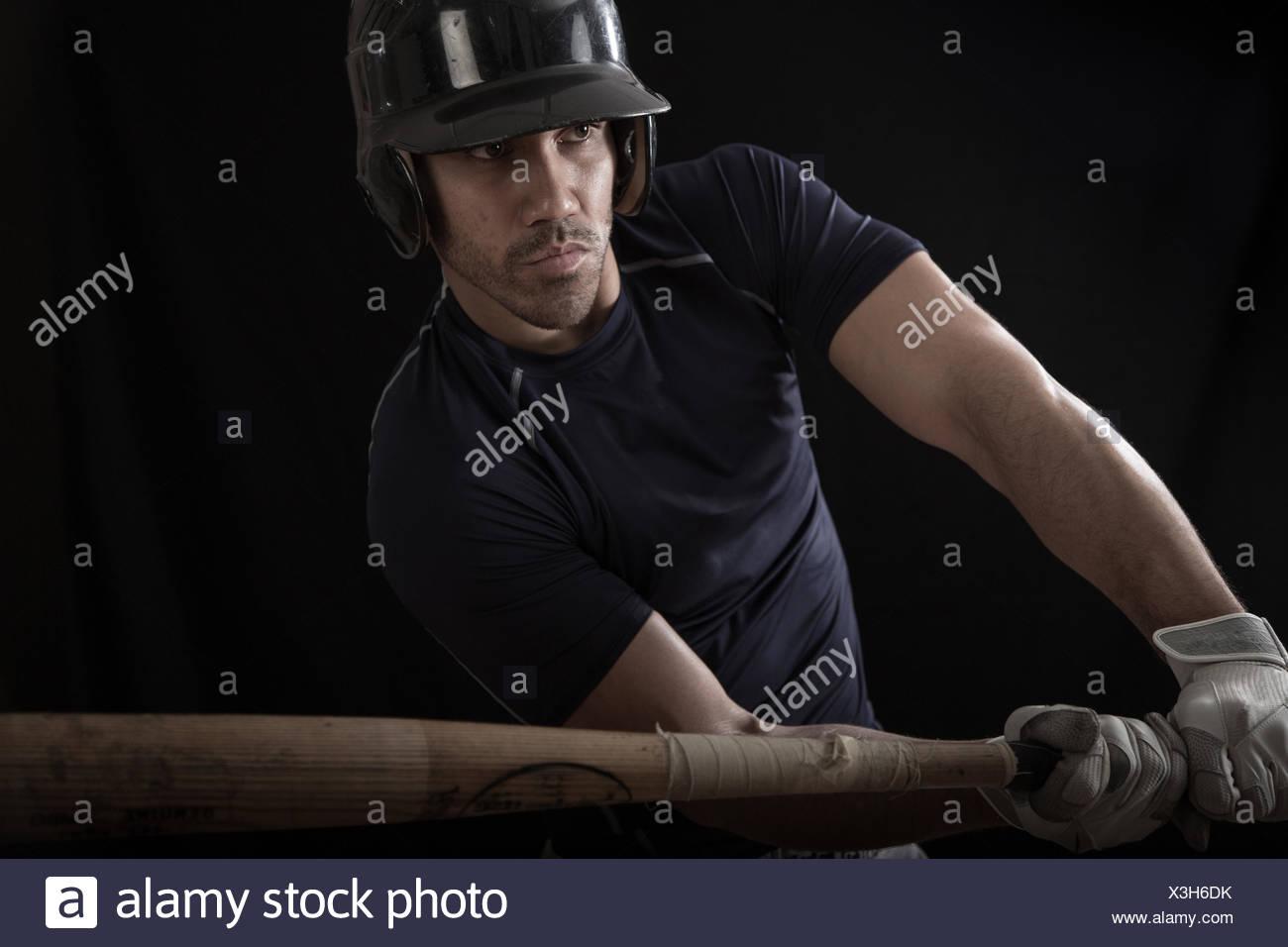 Retrato de un jugador de béisbol un bate oscilante Imagen De Stock