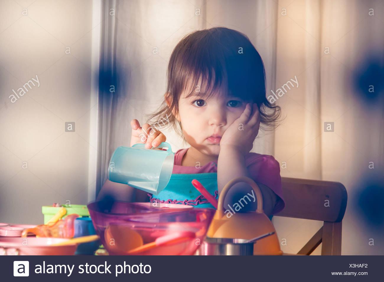 Triste niña jugando con juguetes Imagen De Stock