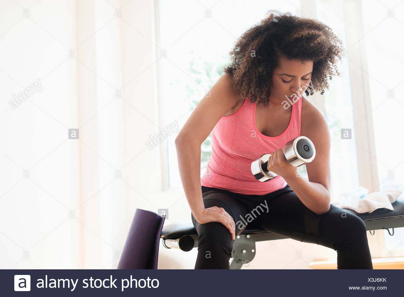 Mujer joven entrenamiento con pesas Imagen De Stock