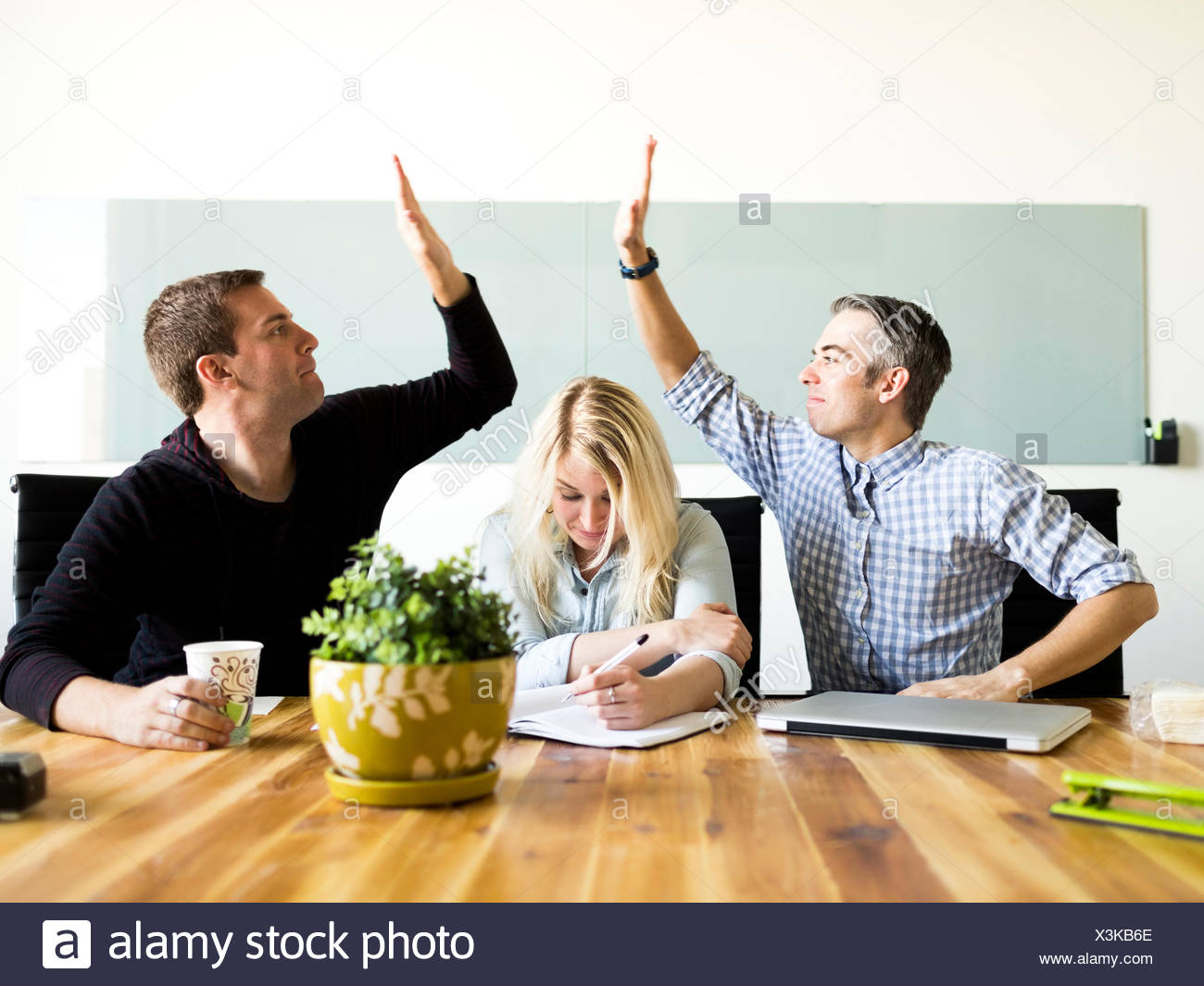 Los trabajadores de oficina en la mesa de trabajo y escrito Imagen De Stock