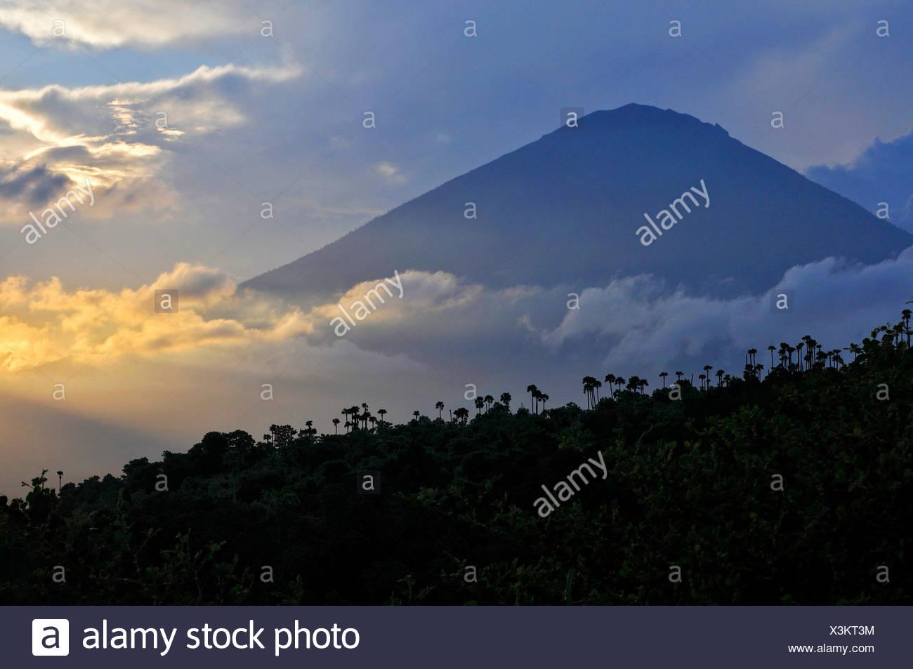 Atardecer con el Volcán Gunung Agung en Amed, Bali, Indonesia, en el sudeste de Asia Imagen De Stock