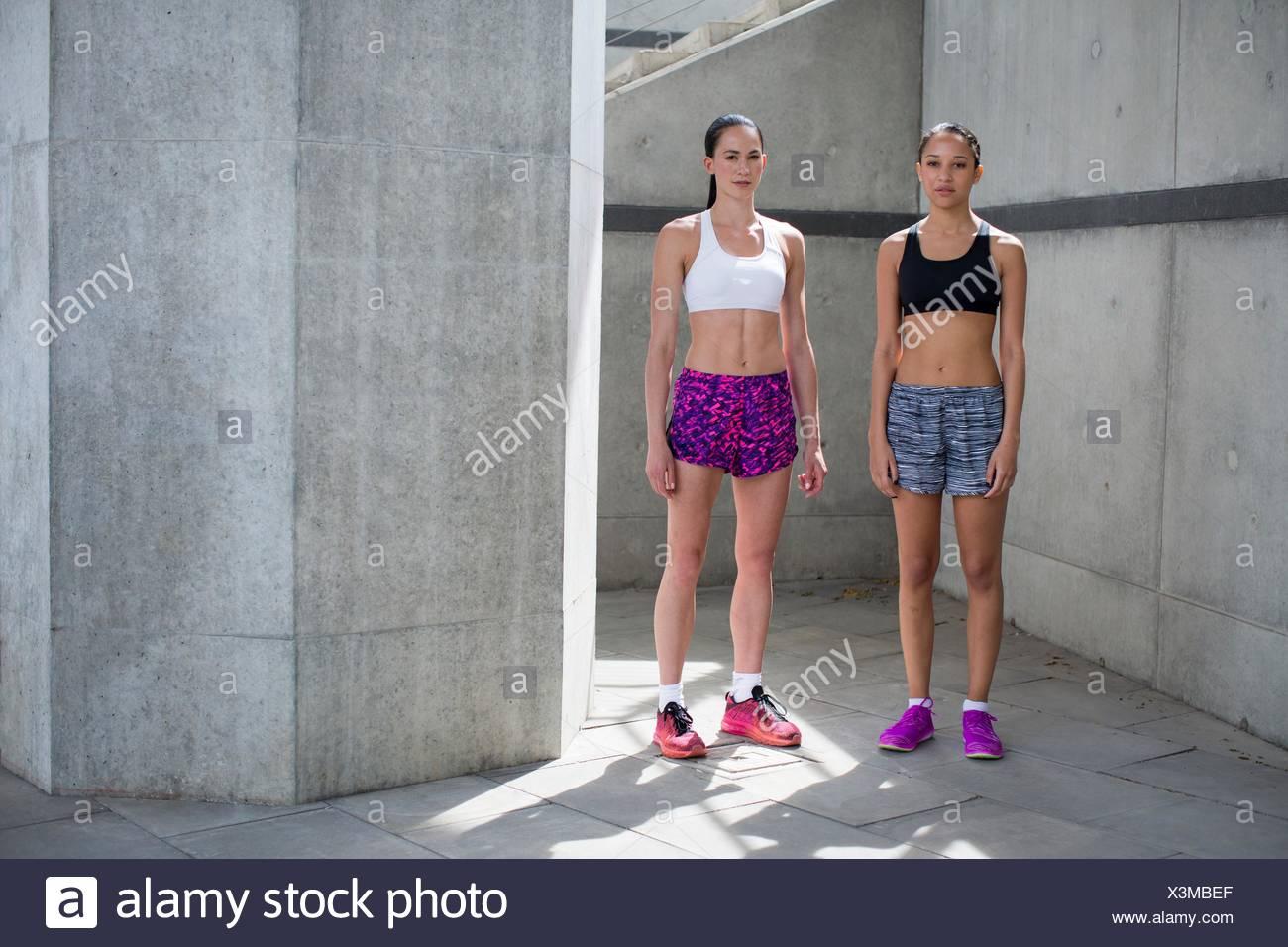 Modelo liberado. Dos jóvenes mujeres en ropa deportiva. Imagen De Stock