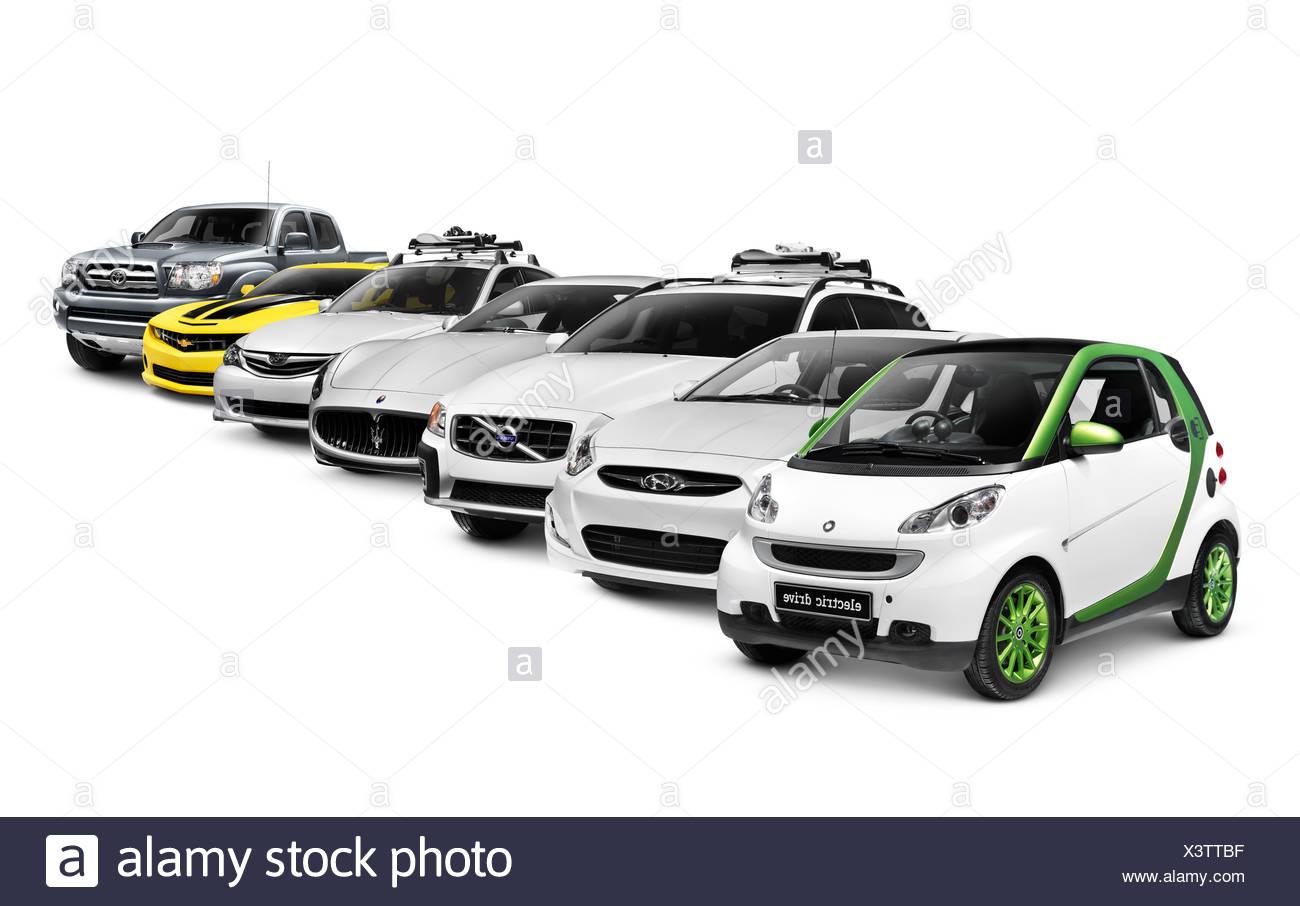 Fila de diferentes coches eléctricos, compactos, SUV, lujo, coche deportivo y un camión aislado sobre fondo blanco. Imagen De Stock