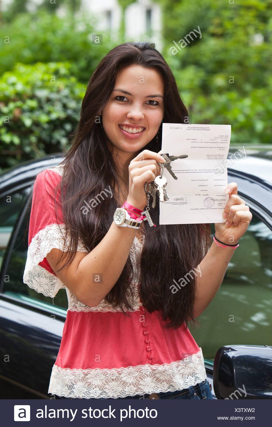 Chica, alrededor de 17 años, orgullosamente presentando su licencia para conducir 'la conducción acompañada para los conductores de 17 años+', Hesse. Imagen De Stock
