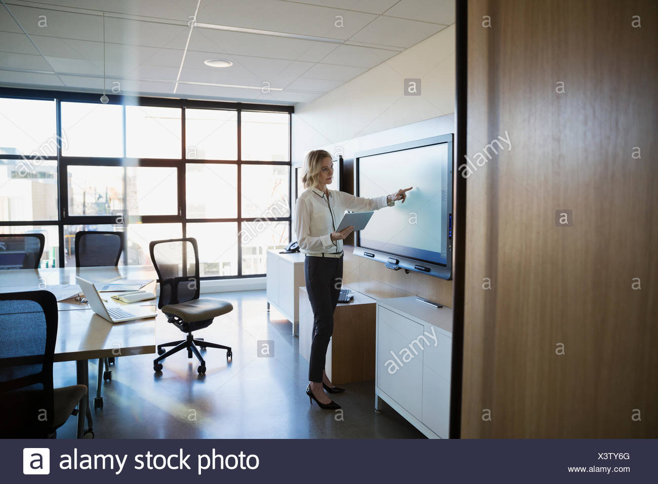 La empresaria tableta digital con la pantalla táctil la sala Imagen De Stock