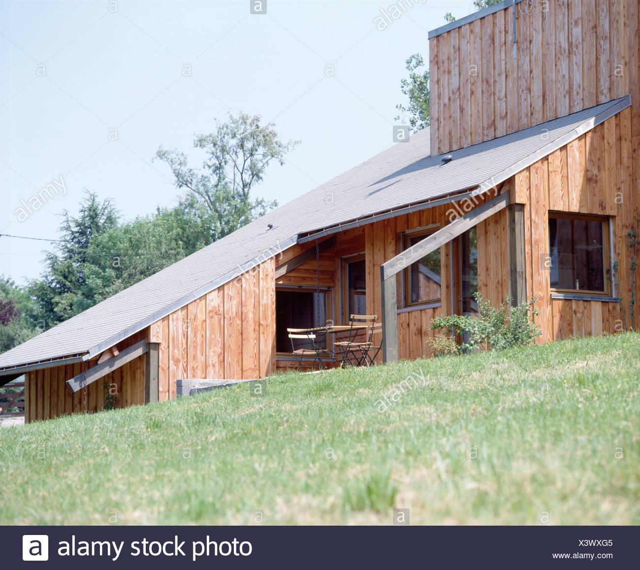 Casa Moderna De Madera Con Techo Inclinado En Hillside Foto Imagen